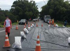 Chuva destrói galeria na BA-099 e rodovia é interditada no trecho de Porto de Sauípe