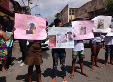 Familiares e amigos de mortos após furto em supermercado fazem protesto