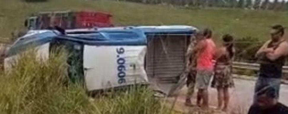 Duas pessoas morreram após viatura da Polícia Militar capotar na BR-101