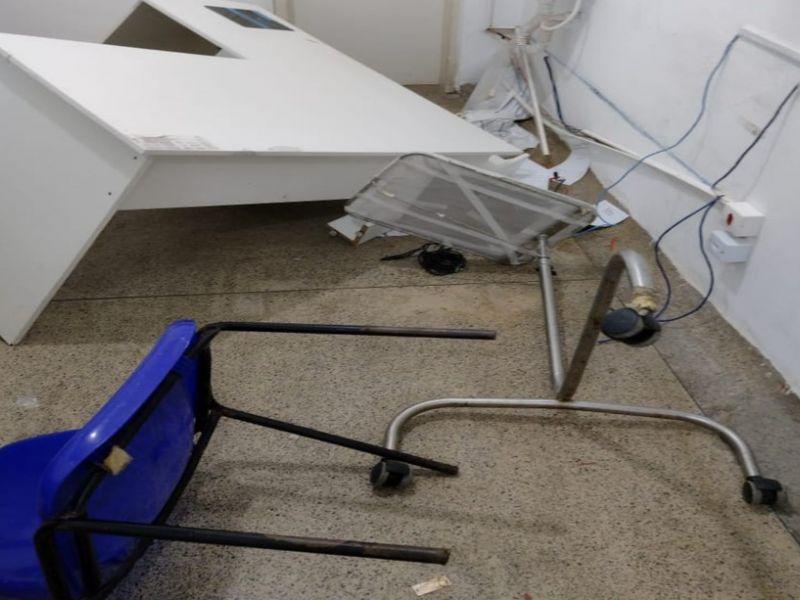 Após trauma frontal na cabeça, homem 'surta' e quebra objetos em hospital de Simões Filho