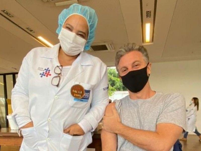 Luciano Huck é vacinado contra Covid-19 nesta terça-feira (22)