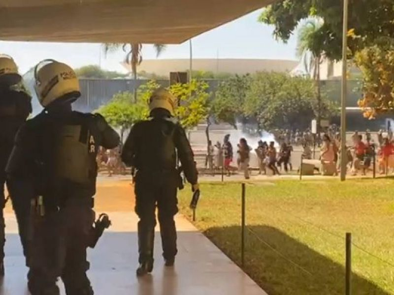 Confronto entre indígenas e policiais deixa feridos em frente ao Congresso Nacional