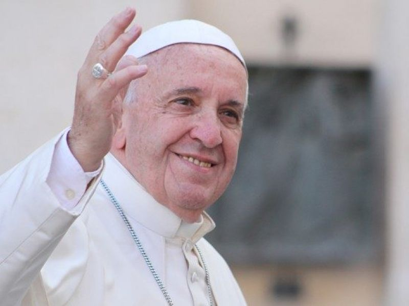 'Vamos aprender a dar um tempo', diz papa em aparição após internação