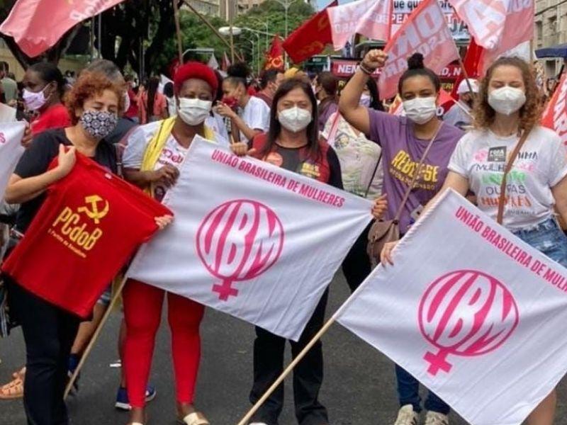 Manifestantes ocupam centro de Salvador exigindo o impeachment de Bolsonaro