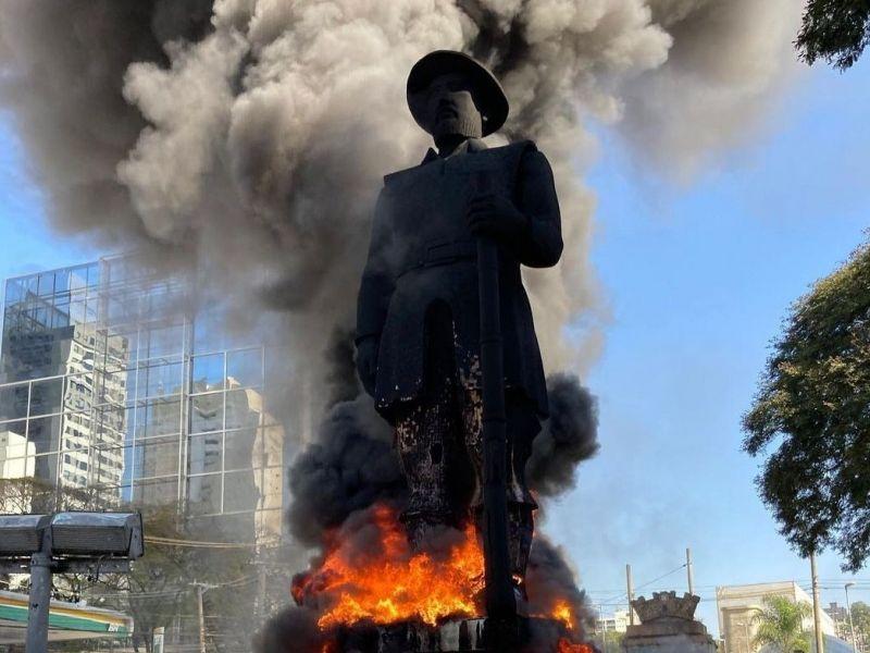 Estátua do bandeirante Borba Gato é incendiada por manifestantes em São Paulo