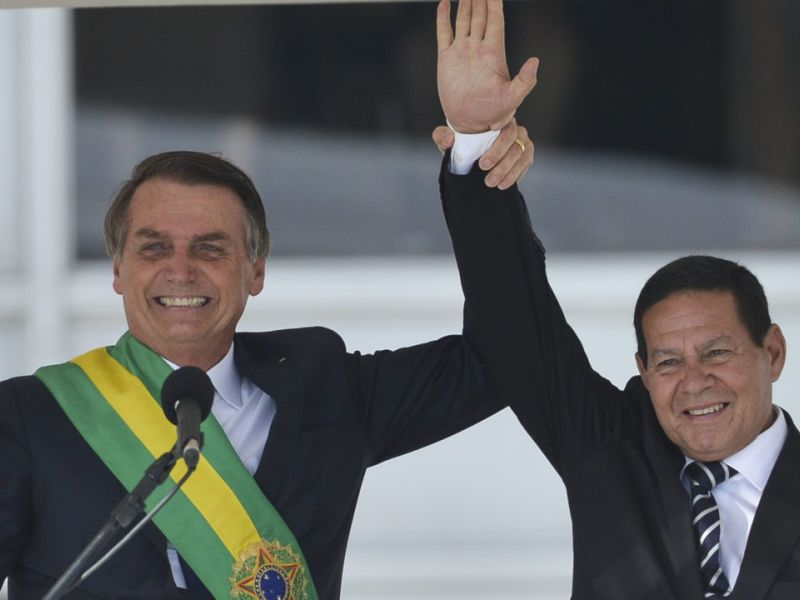 """Bolsonaro diz que Mourão """"atrapalha um pouco"""""""