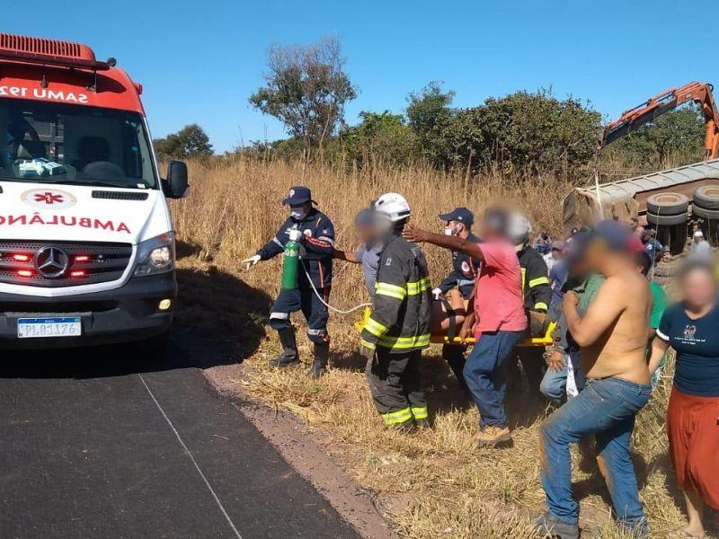 Homem é resgatado com vida após ficar preso embaixo de caçamba durante acidente