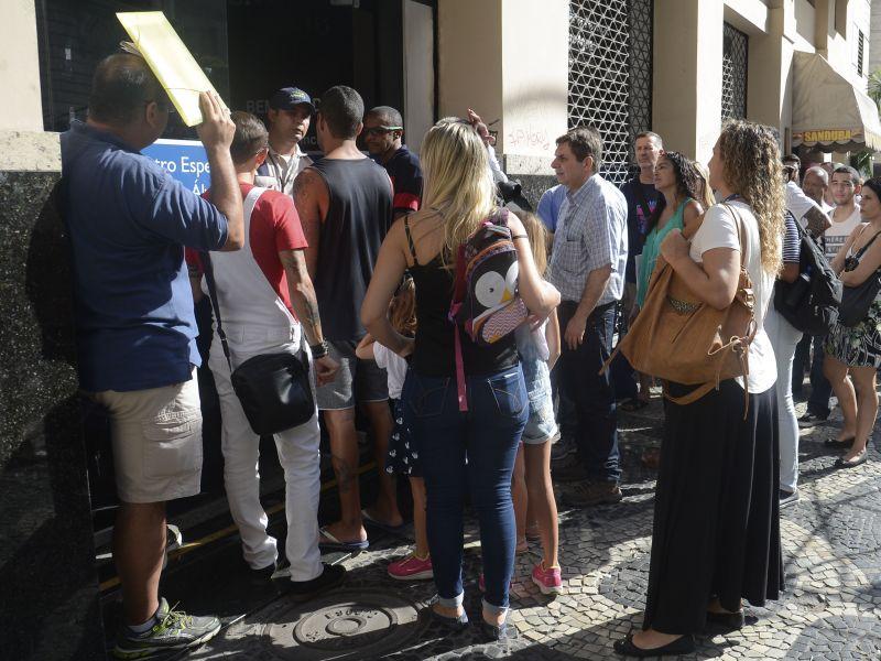 Postos de vacinações registram longas filas em Salvador nesta quinta-feira