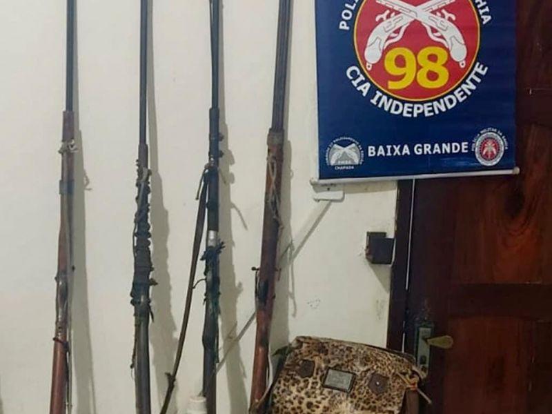 Pai é autuado por abandonar filhos de 6 e 8 anos dentro de casa; armas foram encontradas no local