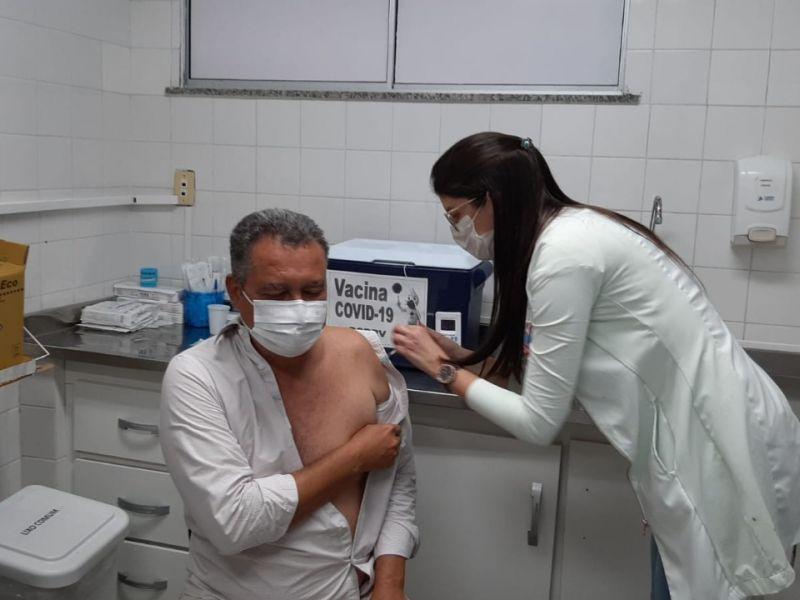 Rui recebe a segunda dose da vacina contra a Covid-19 nesta sexta (30)