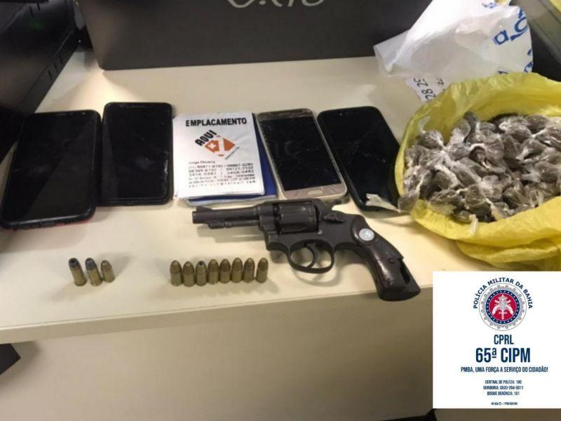 PM flagra criminosos em carro de aplicativo com arma, munições e drogas