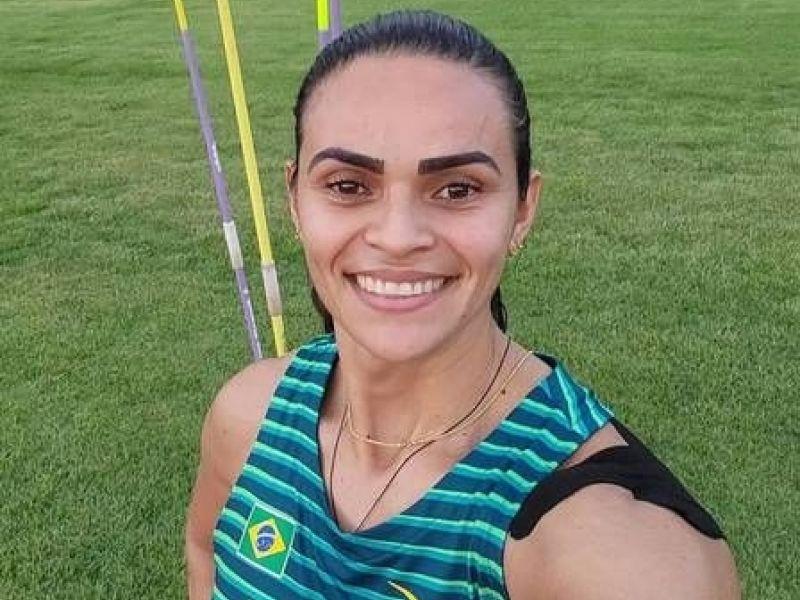 Atleta do lançamento de dardos, Laila Ferrer mostra varal improvisado na Vila Olímpica