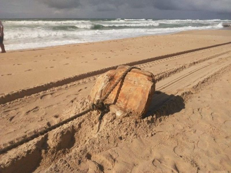Caixas misteriosas são encontradas na Praia do Flamengo, em Salvador