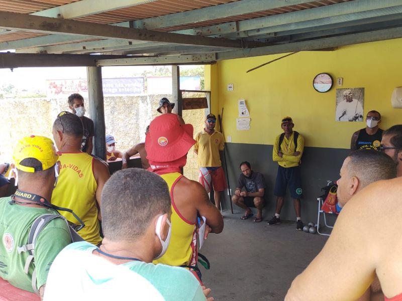 Salva-vidas protestam contra prefeito de Salvador e perigo aumenta nas praias