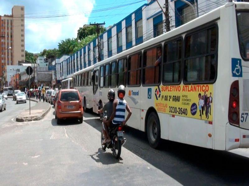Após morte de jovens, moradores protestam e ônibus param de circulam na Barroquinha