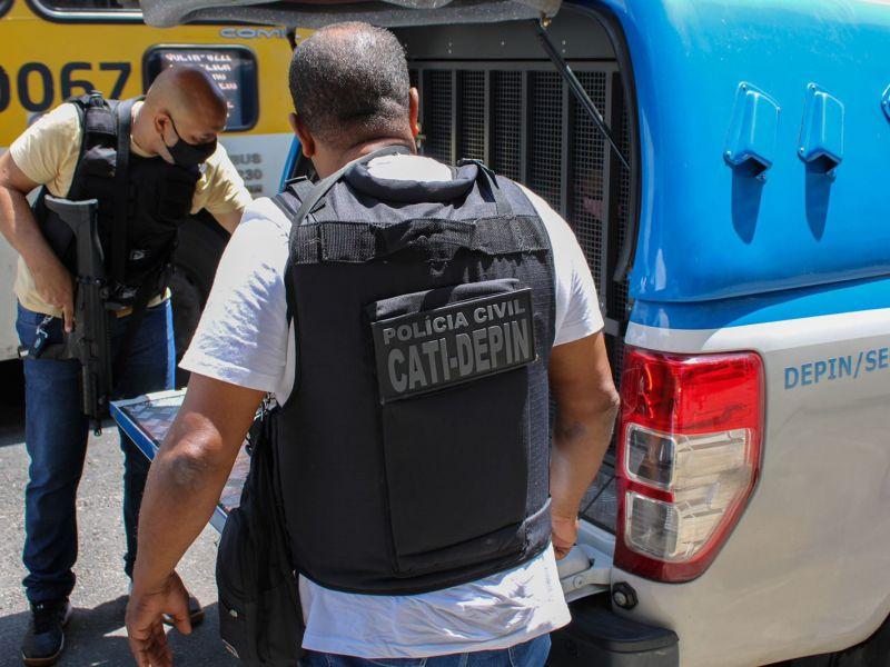 Homem que cegou ex-companheira com garrafa e vidro é preso em Salvador