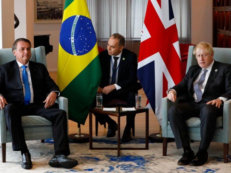 Boris Johnson recomenda imunizante da AstraZeneca para Bolsonaro e presidente diz que ainda não se vacinou