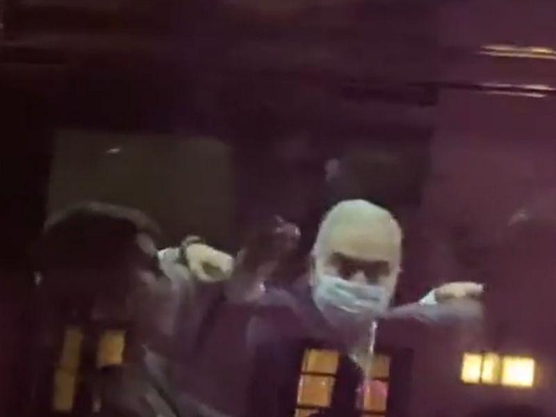 Veja vídeo: ministro da Saúde mostra dedo do meio a manifestantes
