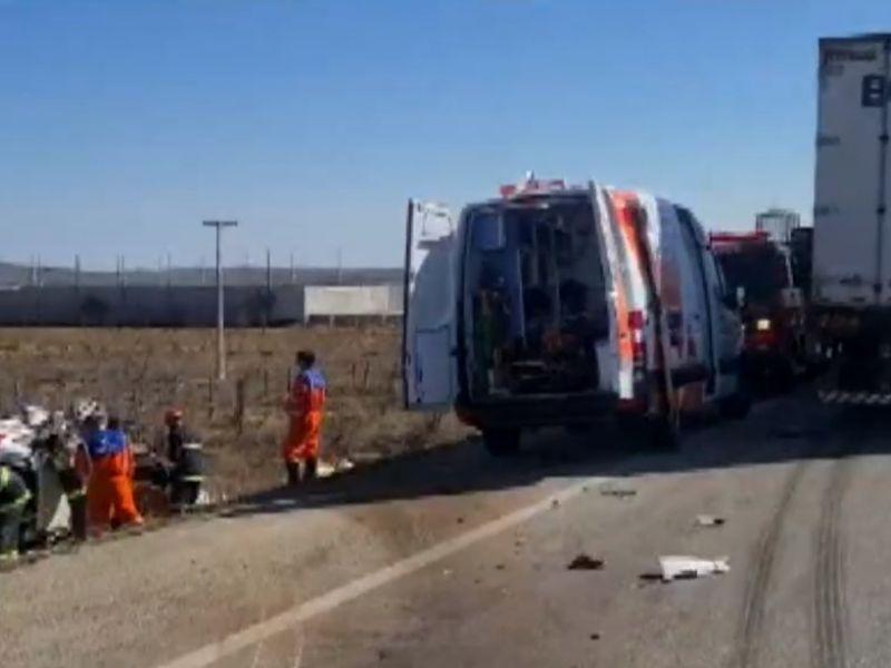 Acidente entre carro e carreta deixa dois mortos e dois feridos na BR116