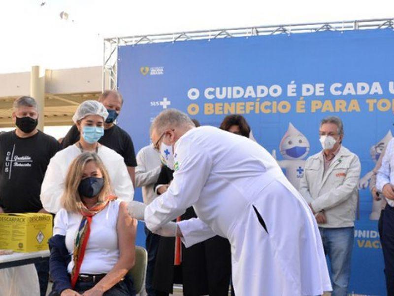 Brasil ultrapassa 50% da população adulta vacinada com as duas doses