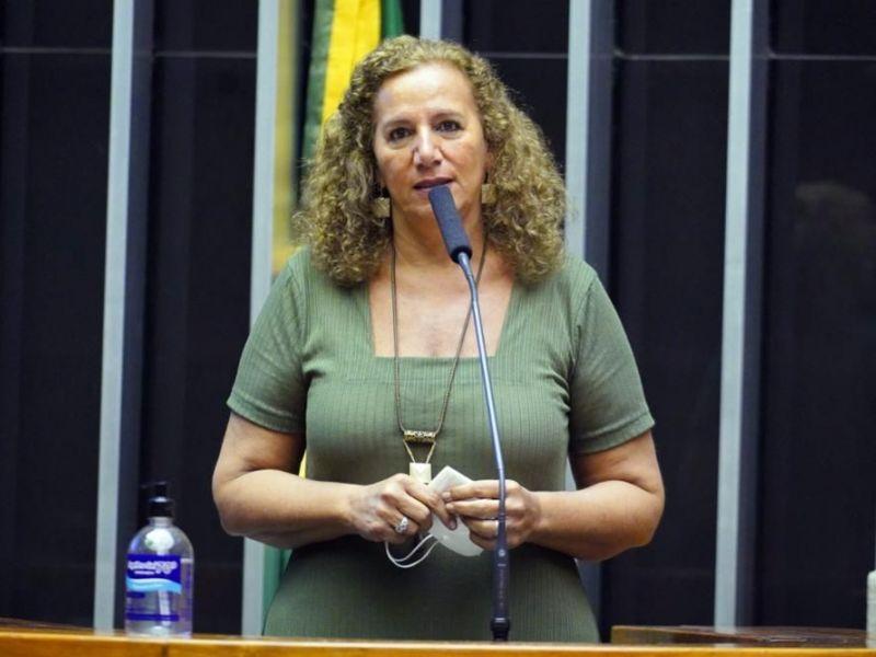 Deputada quer convocar Queiroga para explicar interrupção da vacinação em adolescentes