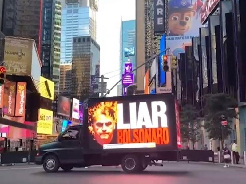 Frases de repúdio à Bolsonaro são espalhadas por Nova York