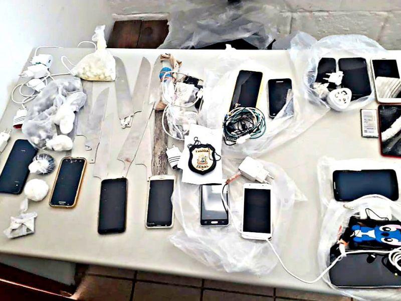 Armas brancas e 14 celulares são apreendidos em presídio
