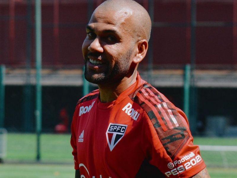 Daniel Alves ficará sem clube até dezembro