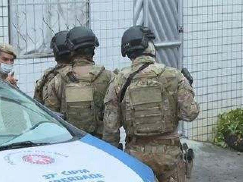 Após duas horas de negociações, criminosos se entregam e liberam reféns na Cidade Nova em Salvador