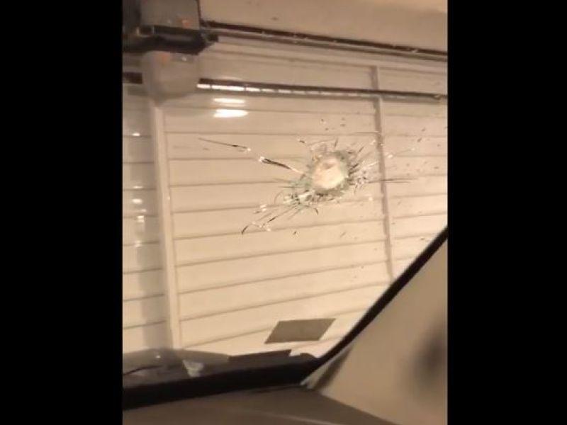 Homem tem carro atingido após tiroteio ao lado do Salvador Shopping e se emociona; veja