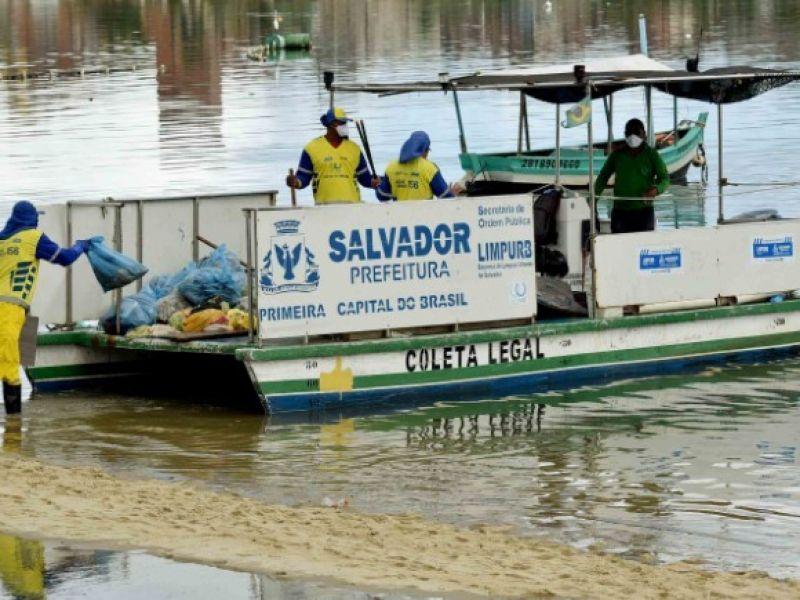 Limpurb inicia operação de remoção de sucatas de barcos na Ribeira