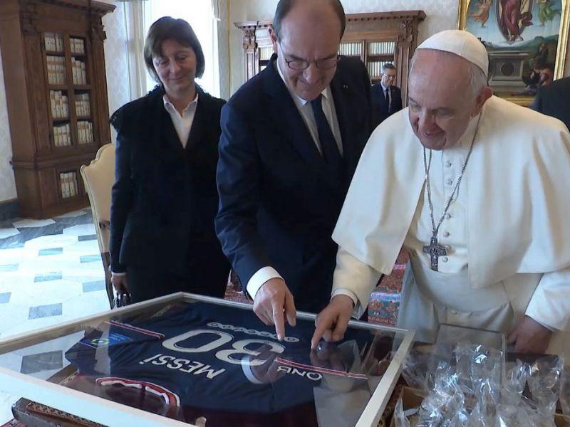 Paris Saint-Germain presenteia papa com camisa de Messi autografada