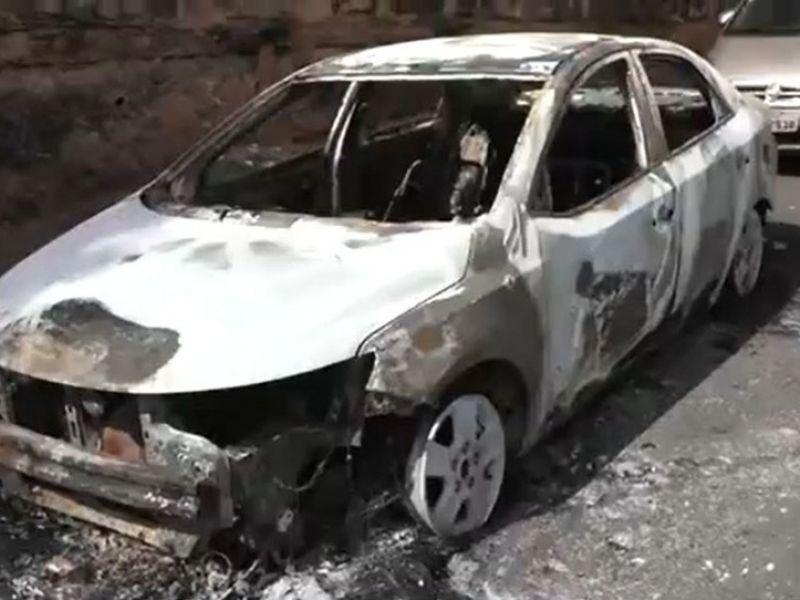 Carro é incendiado próximo de residências no bairro da Federação