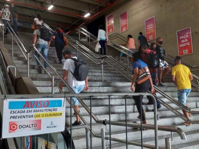 Paradas há 15 dias, escadas rolantes da Lapa deixam usuários indignados