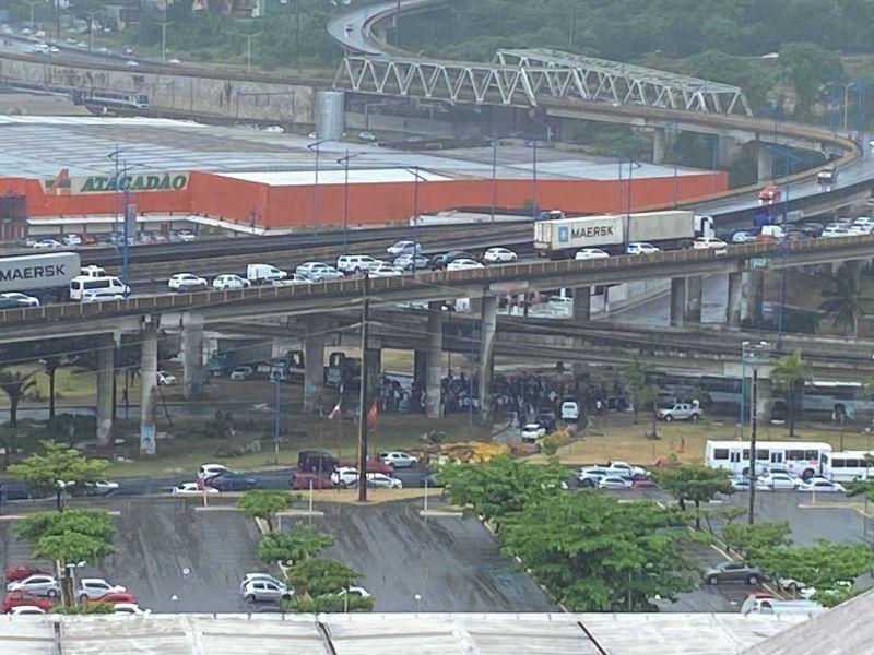 Protesto de agentes da saúde da prefeitura deixa trânsito congestionado na Rótula do Abacaxi
