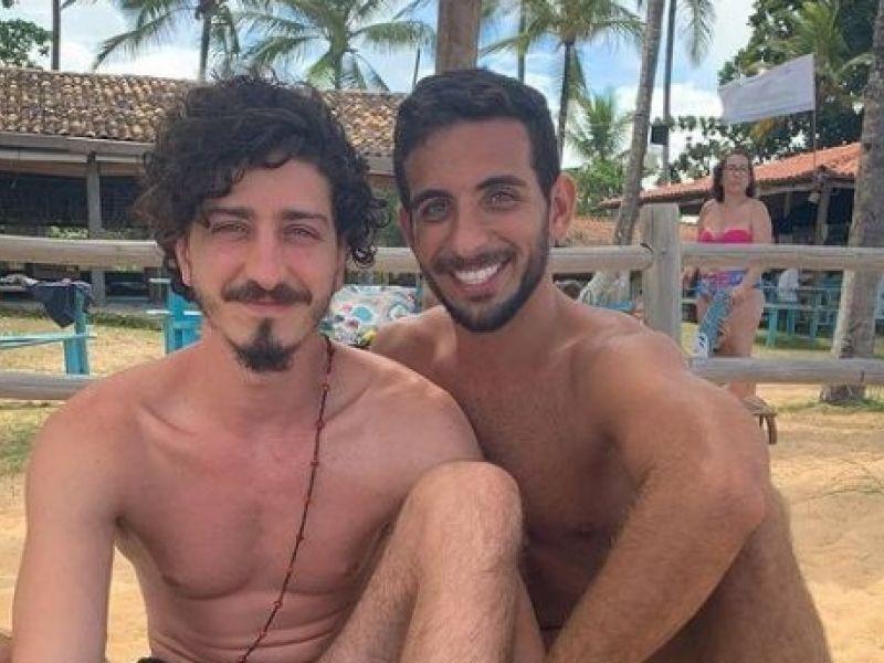 Ator global, Johnny Massaro, revela relacionamento com amigo de infância