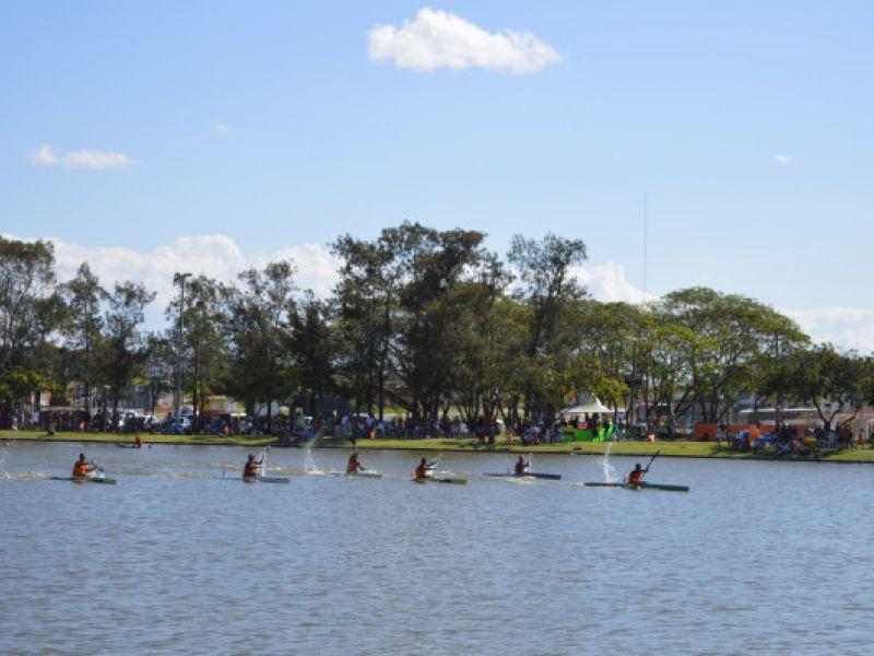Alunos de projeto Remando no Litoral Sul participam de campeonato brasileiro de canoagem, em Brasília