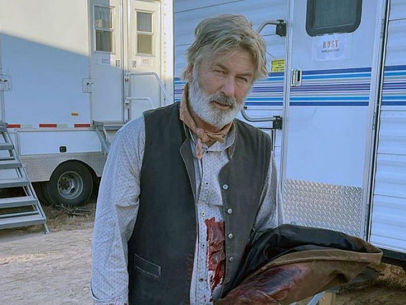 Alec Baldwin atira em diretores acidentalmente e causa morte de um deles