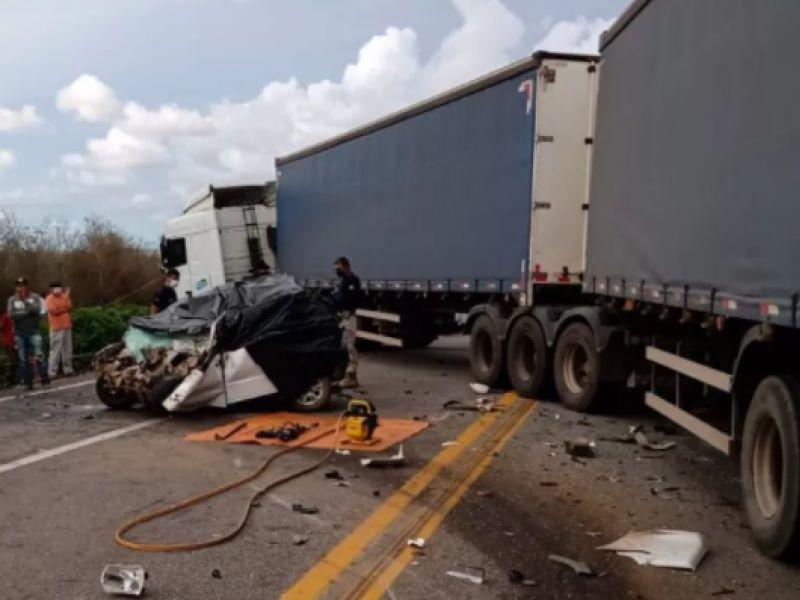 Quatro pessoas morrem após batida frontal entre carro e carreta na BR-116