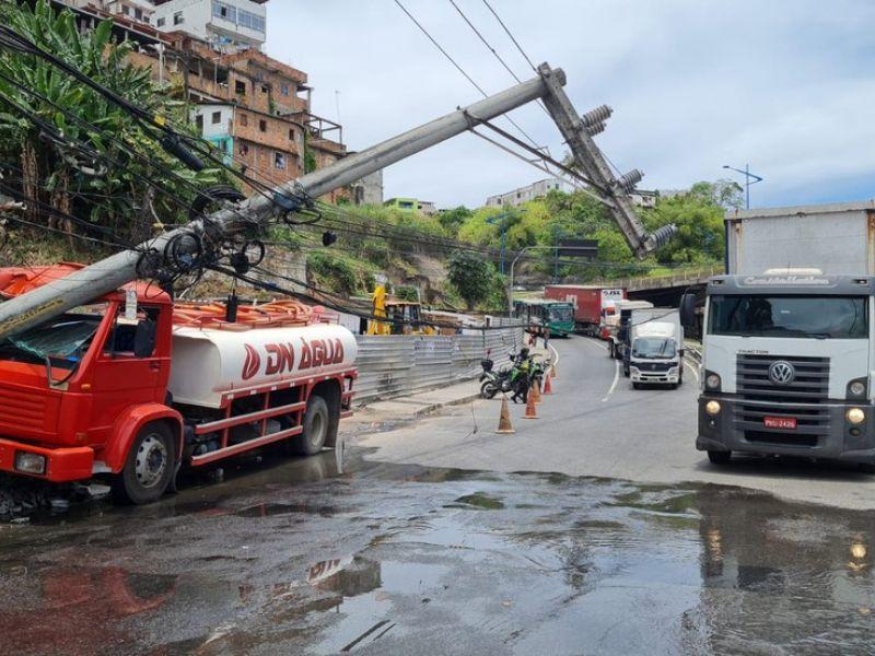 Caminhão-pipa bate em poste e deixa trânsito parado na Avenida Jequitaia