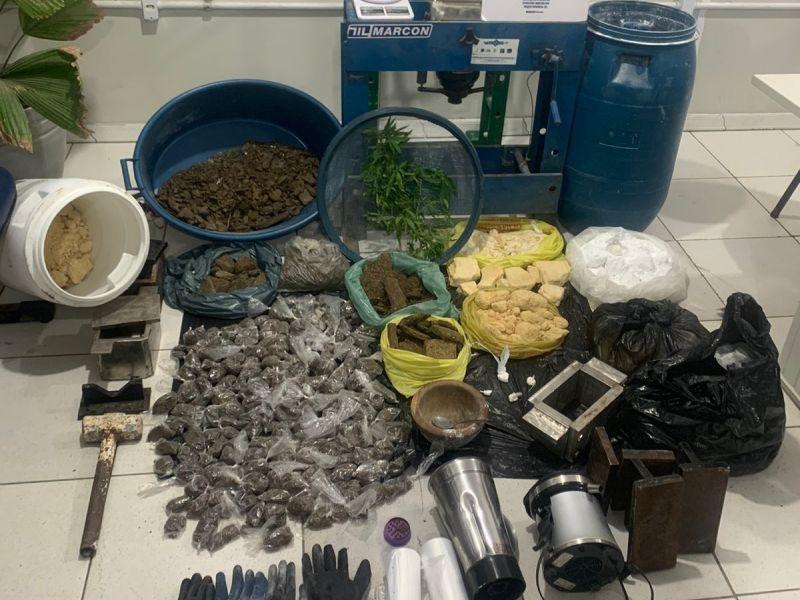 PM desmonta laboratório de drogas em Santa Bárbara