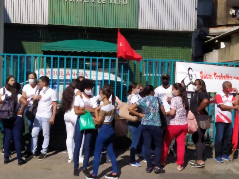 Funcionários de hospital realizam paralisação em protesto por atraso de salário