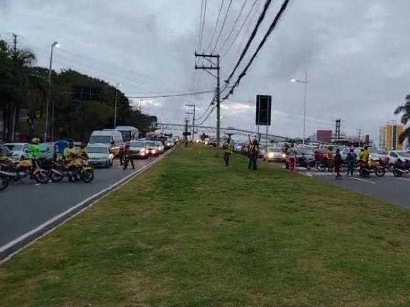 Manifestação pela redução do valor do combustível deixa trânsito congestionado na Av. Paralela